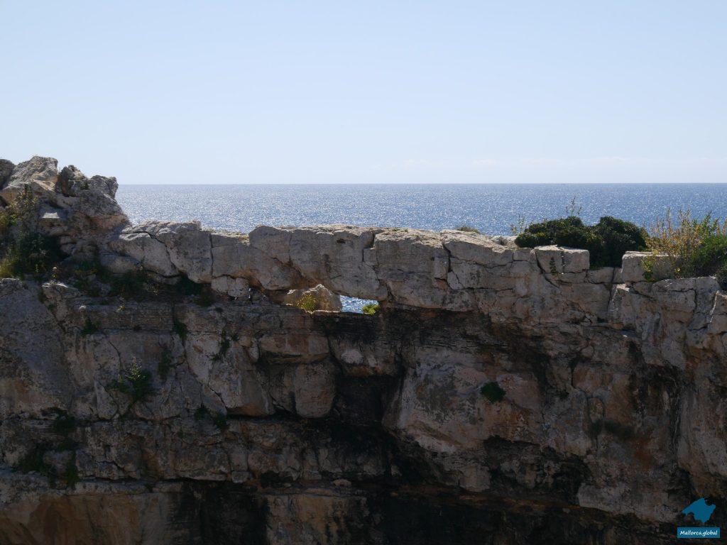 Loch im Felstor der Cala Santanyi