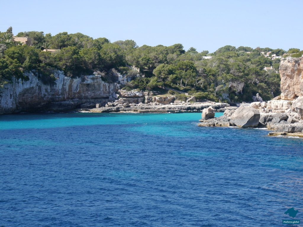 Felsküste und glasklares Wasser in der Cala Santanyi