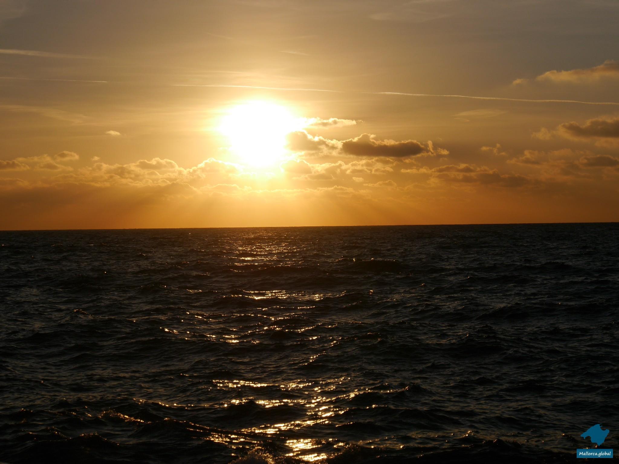 die letzten Sonnenstrahlen über dem Meer von Mallorca