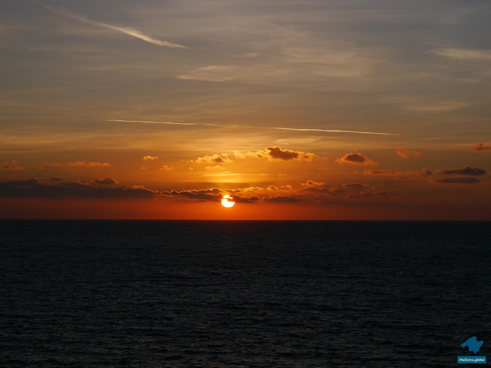 Sonnenuntergang über dem Meer vor Mallorca